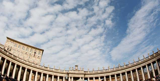 Schönwetterwolken über dem Petersplatz: Zweifelhaft, ob die Stimmung beim Konklave im März 2013 ebenso heiter sein wird wie dieser Himmel. Zu viel Angst vor der Zukunft, zu viel Sicherheitsdenken bestimmt die Kardinäle. (Foto: Gentile/Reuters)