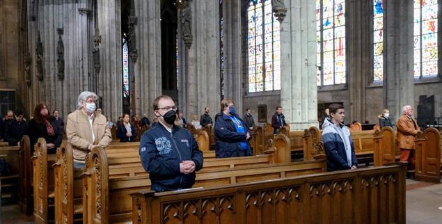 Social distancing im Gottesdienst: Der erste öffentliche Gottesdienst nach dem Lockdown fand am 3. Mai 2020 unter Einhaltung im Kölner Dom statt.. (Foto: KNA)