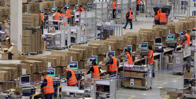Ausbeutung auf legaler Basis? Die Verpackungs- und Versandhalle des neuen Logistikzentrum des Online-Versandhandels Amazon im schwäbischen Graben (Foto: pa/Hildenbrand)
