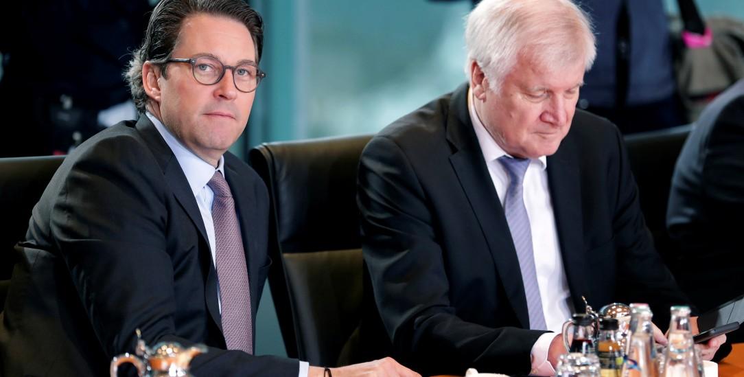 Wie lange sitzen sie noch am Kabinetstisch:Minister Scheuer, und Minister Seehofer (Foto: picture alliance / ASSOCIATED PRESS | Michael Sohn)