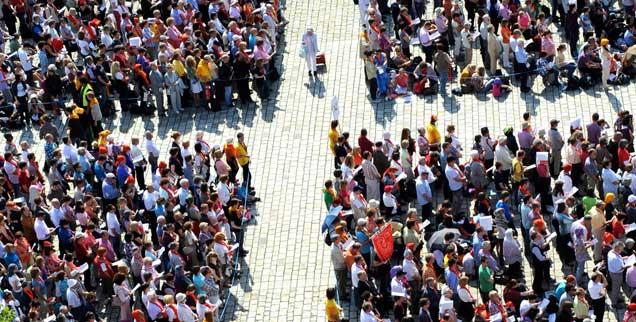 Weg frei für die Würdenträger? Das Kreuz mit den Bischöfen wollen viele Katholikinnen und Katholiken nicht mehr schultern - das hat der Katholikentag in Mannheim gezeigt.  (Foto: kna)