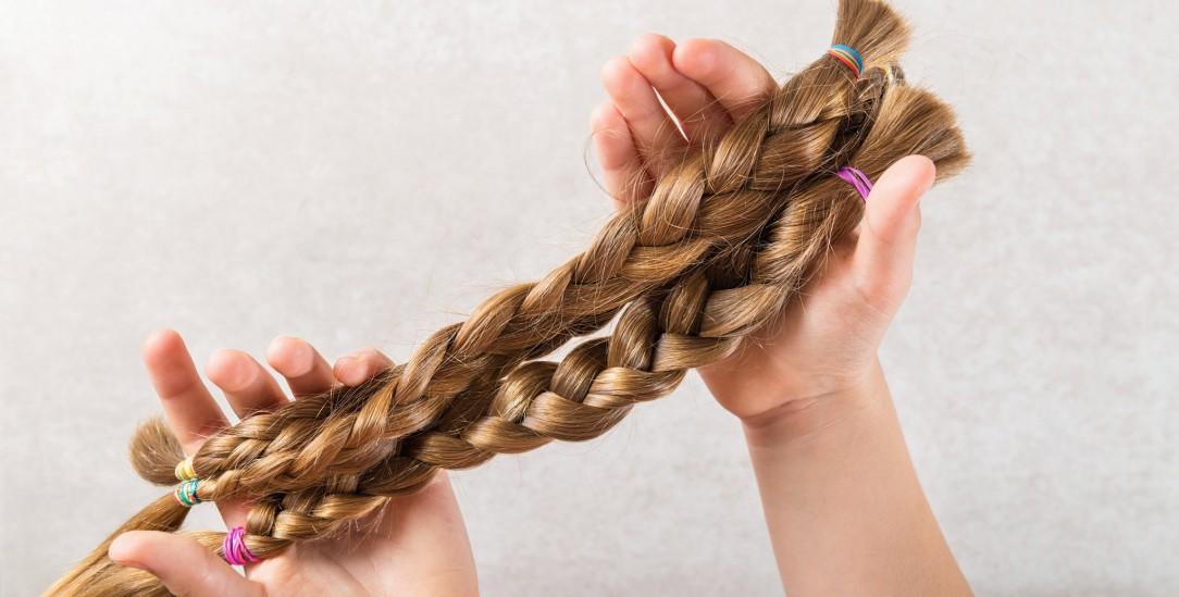 Haarspende: Vor dem Abschneiden wurden die Haare zu Zöpfen geflochten. (Foto: Getty Images/iStockphoto/Manuta)