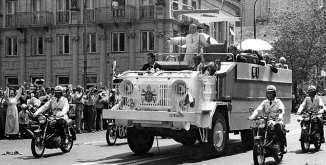 Wie ein Messias verehrt: Papst Johannes Paul II. bei seinem ersten Polen-Besuch nach seiner Wahl. Seine Auftritte beförderten die Opposition im Land. (Foto: epd/akg)