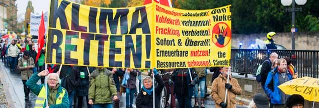 Für mehr Klimaschutz demonstrierte das Bündnis No Clima-Change in Bonn, es forderte ein weltweites Ende von Kohleverbrennung und Fracking (Foto: pa/Zumbusch)