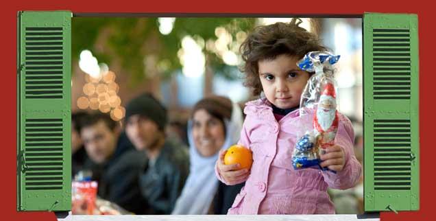Ein Mädchen aus Syrien hält bei einer Weihnachtsfeier im Grenzdurchgangslager Friedland (Niedersachsen) eine Mandarine und eine Tüte mit einem Weihnachtsmann aus Schokolade. Dazu die Adventsrätsel-Frage Nummer 2: Sie lesen sie am Ende des Artikels! (Fotos: Jonathan Stutz/Fotolia.com, mod.; Swen Pförtner/dpa)