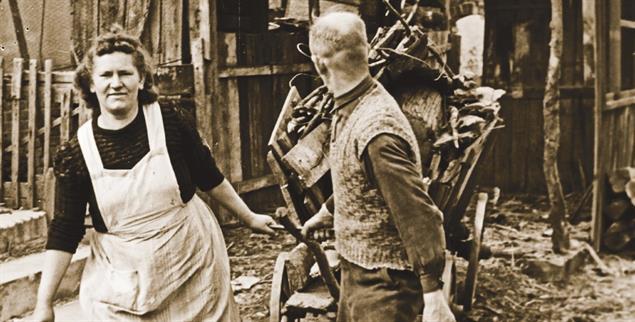 Überleben in der Not: Ein Paar transportiert im Jahr 1949 Brennholz auf einem Karren. (Foto: pa/United Archives/Erich Andres)