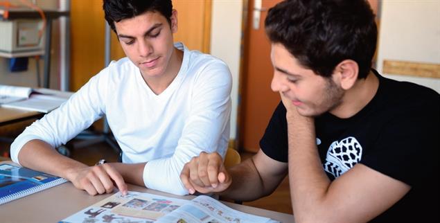 Deutschunterricht: Junge Geflüchtete beim Lernen (Foto: pa/zb/Britta Pedersen)