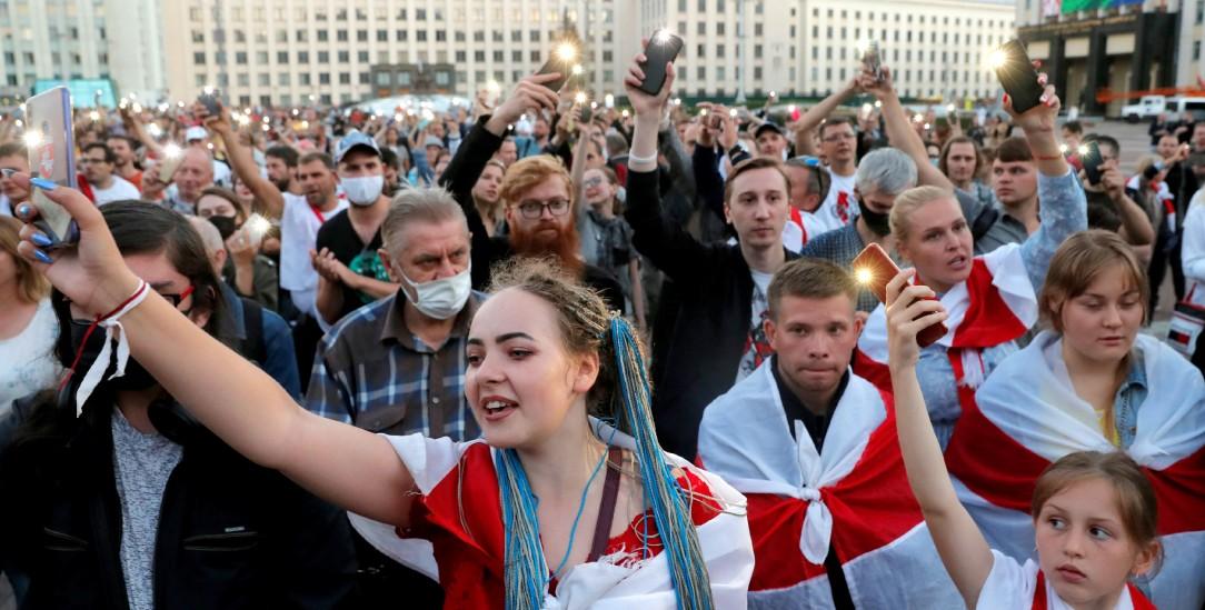 Mit Taschenlampen protestieren Menschen auf dem Unabhängigkeitsplatz in Minsk gegen das gefälschte Ergebnis der Präsidentschaftswahl in Belarus und fordern den Rücktritt von Präsident Alexander Lukaschenko. (Foto: pa/Reuters/Vasily Fedosenko)