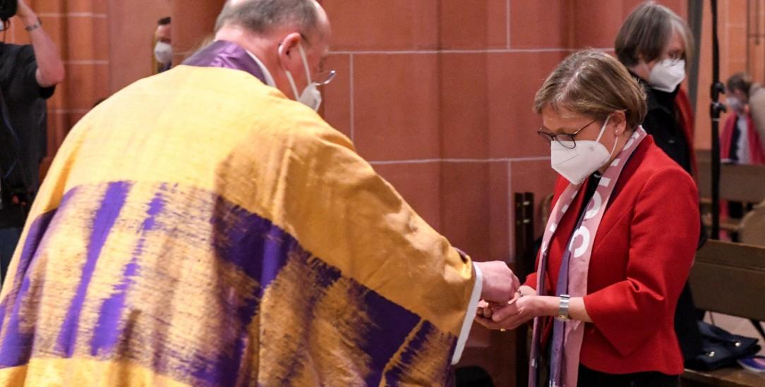 Gemeinschaft am Tisch des Herrn: Bettina Limperg, evangelische Präsidentin des ÖKT, empfängt die Kommunion von Johannes zu Eltz, Stadtdekan von Frankfurt am Main, im Frankfurter Dom (Foto: kna)