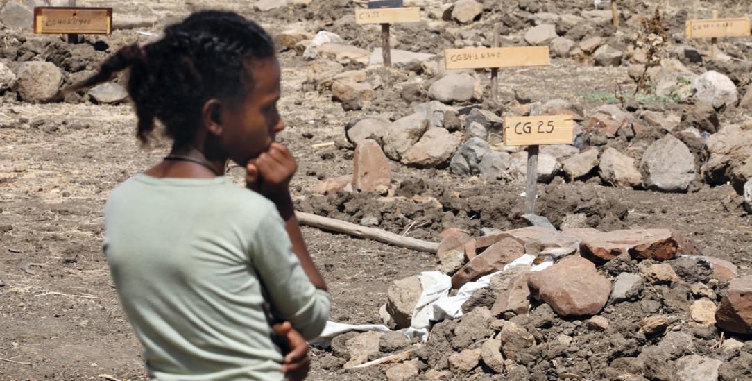 Äthiopien: Eine junge Frau vor einem Massengrab an der Kirche von Mai Kadra (Foto: PA/Reuters/Baz Ratner)