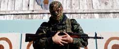 Ein prorussischer Separatist in Donezk: Wer hat den Mut, die Spriale von Gewalt und Gegengewalt in der Ukraine zu beenden? (Foto: pa/ap/Vojnovic)