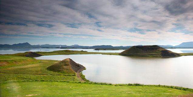 Die unendlichen Weiten Islands: Wohnen hier vielleicht ein paar Feen? Auf der Frankfurter Buchmesse Mitte Oktober ist Island in diesem Jahr literarischer Ehrengast (Foto: pa/Bäsemann)