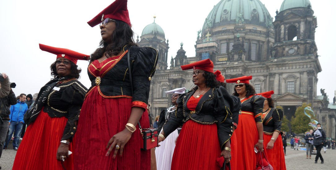 OvaHerero und Nama Aktivistinnen protestierten schon mehrfach in Deutschland für eineWiedergutmachung. (Foto: Joachim Zeller)