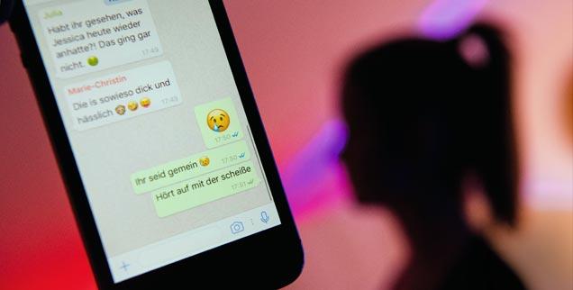 So sieht es manchmal in Chats bei WhatsApp aus: Wenn falsche Behauptungen oder Beleidigungen über einen Menschen in sozialen Netzwerken, bei Messengern wie WhatsApp und anderen Online-Diensten verbreitet werden, sprechen Fachleute von Cybermobbing. (Foto: pa/dpa/Julian Stratenschulte)