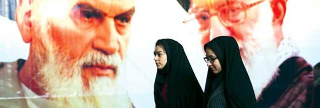 Geistliche Oberhäupter, überall präsent: Plakate mit den Konterfeis Ajatollah Khomeinis (links) und seines Nachfolgers Ajatollah Khamenei säumen die Straßen in den Städten Irans. (Foto: Morteza Nikoubazl/ZUMA Wire/Alamy Live News)