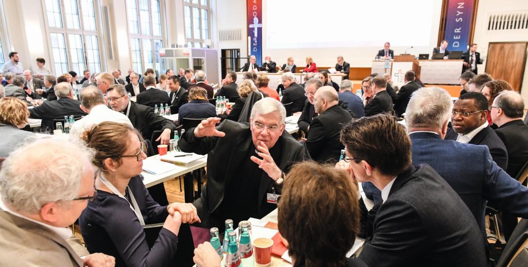 Redet miteinander und handelt: Teilnehmer der Synodalversammlung am 31. Januar 2020 im Dominikanerkloster in Frankfurt. Unter ihnen Karlheinz Diez (m.), Weihbischof in Fulda. (Foto: KNA)