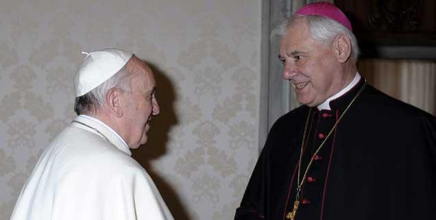 Groß, stark und im Zweifel knallhart: Gerhard Ludwig Müller (rechts), Chef der mächtigen römischen Glaubensbehörde, ist für Papst Franziskus (links) eine wichtige Figur im Vatikan-Schachspiel. Als die beiden sich im April 2013 offiziell trafen - unser Bild - war Franziskus bereits entschieden: Er würde Müller im Amt lassen.