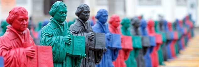 Bunte Luthers auf dem Marktplatz in Wittenberg: Schon in der Vorbereitung des Gedenkjahres 2017 war für viele Protestanten ein Ärgernis, wie mit dem Reformator umgegangen wurde. Manches große Kunstprojekt fiel unter das Verdikt großer Theologen. (Foto: pa/Woitas)