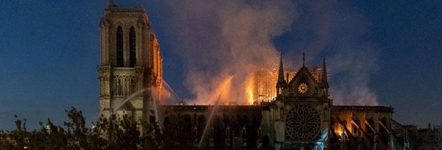 Die brennende Kathedrale: Mit Notre Dame ist das spirituelle Herz von Paris getroffen (Foto: pa/ABACA/Avenir Pictures/Serge Tenani).