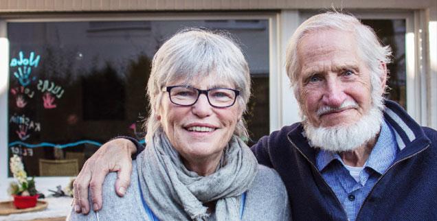 Gegensätzlich und gemeinsam: Christel und Rupert Neudeck vor ihrem Reihenhaus in Troisdorf. (Foto: kna/Wiechert)