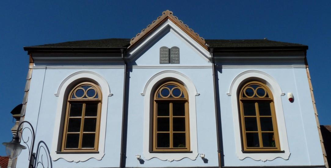 Erinnert an jüdisches Leben im Böhmerwald: Die restaurierte Synagoge von Hartmanice mit den Zehn Geboten im Giebel (Foto: Wikipedia/Erbenova)