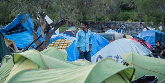 Am frühen Morgen wartet man auf den Papst: Auf Lesbos hoffen verzweifelte Flüchtlinge, dass ihnen der Pontifex irgendwie helfen kann. (Foto: pa/nurphoto/pinon)