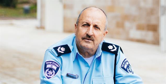 Karriere als Muslim in Israel: Polizeivizepräsident Jamal Hakrush vor der Polizeischule in Kiryat Ata (Foto: Jonas Opperskalski/laif)
