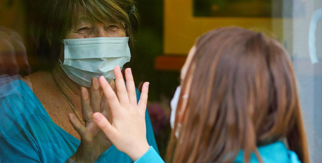 Leben während der Corona-Pandemie: Die Menschen müssen körperlich auf Abstand gehen – selbst bis in die Familien hinein –, und wollen sich dennoch nah sein. (Symbolfoto: iStock by Getty/tomazl)