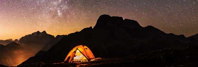 Ein einladend-erleuchtetes Zelt in dunkler Nacht: Die Welt ist nicht in Heimat umzubauen. Auch wenn das Leben ein ständiger Versuch der Wieder-Beheimatung ist. (Foto: Fotolia/ClickAlps)