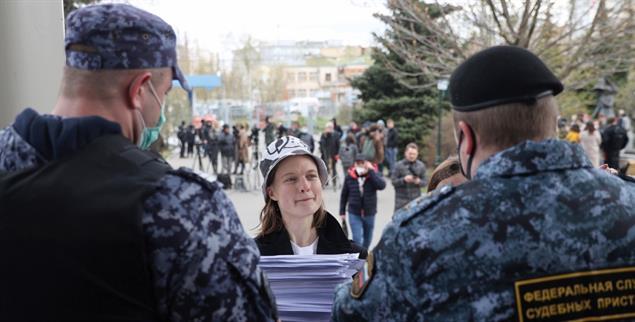 Moskau, Ende April: Natalia Tyschkewitsch, eine von vier Journalistinnen unter Hausarrest, vor einer Gerichtsanhörung (Foto: PA/DPA/TASS/Sergei Bobylev)
