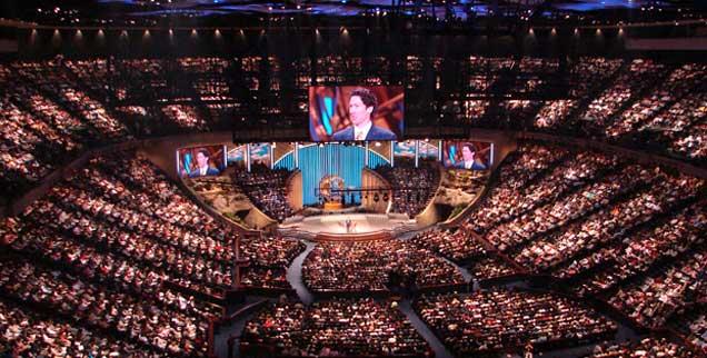 Der Prediger auf der Bühne, verzückte Gläubige im Saal: Evangelikale Gottesdienste wie hier in Houston, wo sich wöchentlich 20.000 Menschen um Pastor Joel Osteen versammeln, erinnern in ihrer Form an Popkonzerte. (Foto: www.taylormarshall.com)