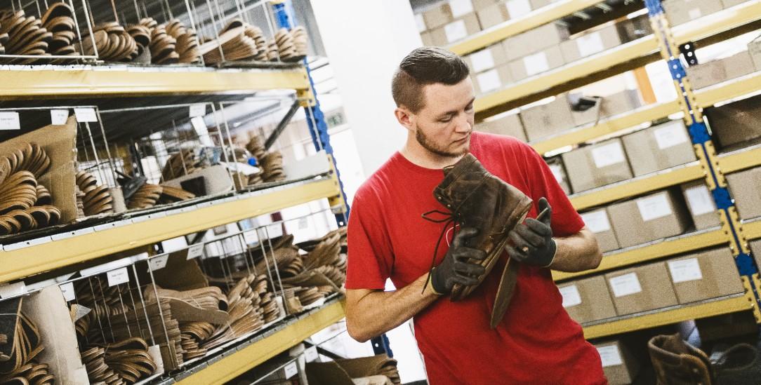 Schrems, Österreich. Dominik Hobecker in der Fabrikhalle von GEA, dem Hersteller der Waldviertler Schuhe (Foto: Weiss)