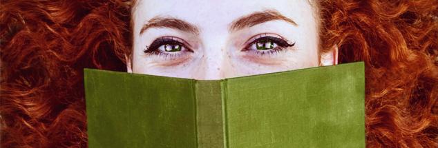 Ein Buch anschauen, berühren, lesen: In Zeiten von SMS, WhatsApp und Cyber-Beziehungen ist das eine Art neu-romantische Angelegenheit. (Foto: www.photocase.de/nanihta)