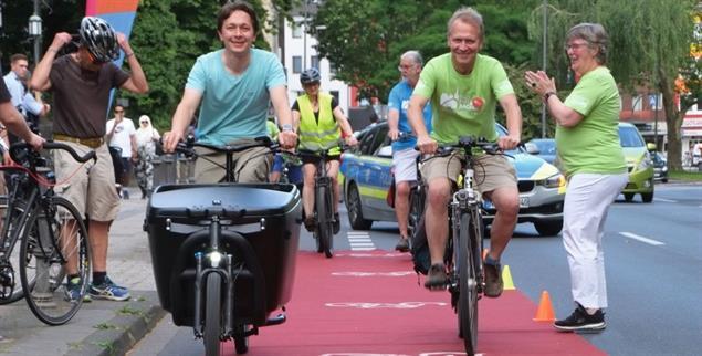 Roter Teppich für Radfahrer: Eine Aktion, um für den Radentscheid in Aachen zu werben (Foto: Radentscheid Aachen)