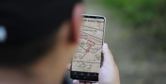 Wie kommen sie raus? Seifallah Nader betrachtet einen Plan des Kabuler Flughafens auf seinem Handy. (Foto: Victor)