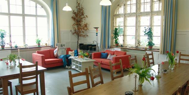 Villa mit Garten: In der Soteria in München sollen sich die an einer Psychose Erkrankten wie zu Hause fühlen. Patienten, Pfleger und Ärzte essen in der Regel gemeinsam (Foto: Soteria/Münschen)