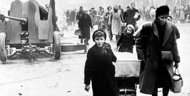Kriegsende1945: Flüchtlinge kehren in das zerstörte Berlin zurück. (Foto: pa/Itar-Tass)