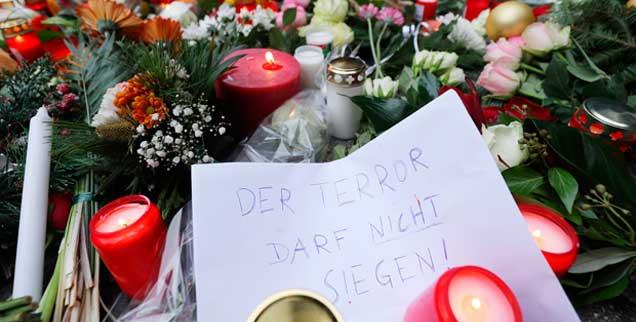Blumen liegen in der Nähe der Gedächtniskirche in Berlin, wo am Montag bei dem Anschlag auf dem Weihnachsmarkt mindestens zwölf Menschen starben, »Der Terror darf nicht siegen« hat jemand auf ein Blatt Papier geschrieben (Foto: pa/Kappeler)