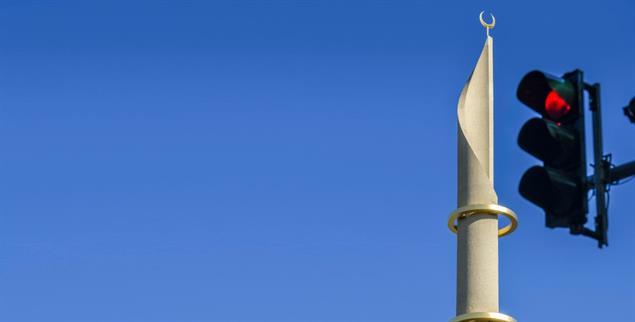 Nichts geht mehr: Rote Ampel vor dem Minarett der zentralen Ditib-Moschee in Köln (Foto: PA/Bildagentur-online)