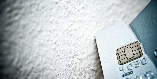Konto-Karte kaputt: Wer keinen Zugang mehr zu einem Girokonto hat, weil es ihm die Banken verweigern, bekommt multikomplexe Probleme auf dem Arbeitsmarkt. (Foto: Fochesato/gettyimages/istockphoto)