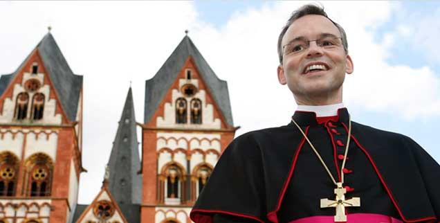 Ein Bischof macht Schlagzeilen: Franz-Peter Tebartz-van Elst ist zur Zielscheibe des Protests vieler Katholiken gegen das Gebaren ihrer Oberhirten geworden. (Foto: pa/May)