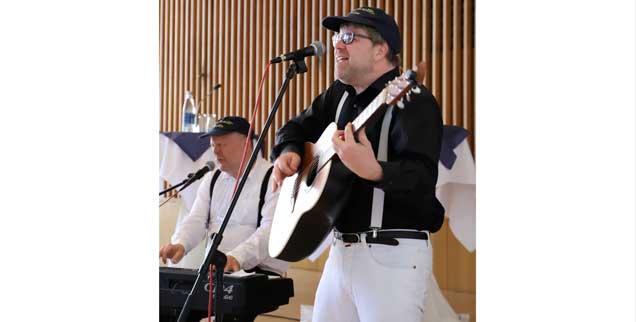 Das Musikkabarett Duo Camillo in action: Fabian Vogt (rechts) und Martin Schultheiß. (Foto: Ute Victor)