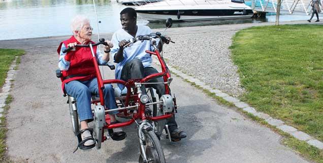 Frische Luft und Eins-zu-eins-Be?treuung: Eine Bewohnerin und ein Mitarbeiter drehen eine Runde im Elektrotandem.  (Foto: Maria-Martha-Stift.de)
