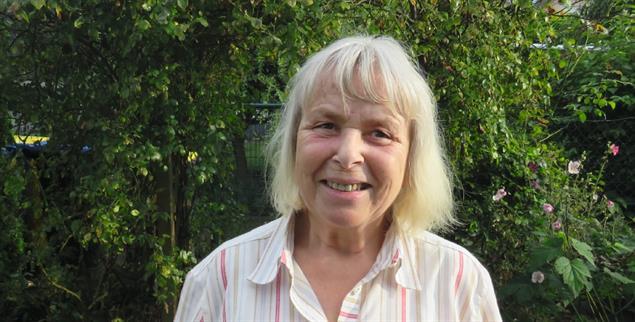 Bis zu ihrer Pensionierung war sie Bibliothekarin an einer Hochschule: Helga aus Zwickau hat für sich und ihren geistig behinderten Bruder ein gemeinsames Haus gebaut. (Foto: Querhammer)