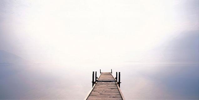 Am Steg: Der Blick geht zum Horizont und die Gedanken schweifen zum Ende des irdischen Lebens. Geht's hinter diesem Horizont weiter? (Foto: pa/Joker/Walter G. Allgöwer)