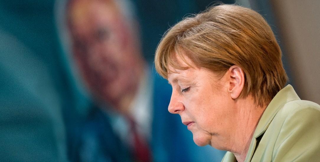 Angela Merkel vor einem Porträt von Helmut Kohl (Foto: PA/DPA/Bernd von Jutrczenka)