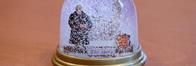 Luther in der Glaskugel: Ist das Reformationsjubiläum wirklich bald zu Ende? (Foto: pa/dpa/Sebastian Willnow)