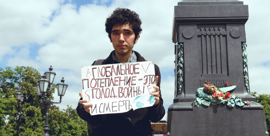 Bedrohter Demonstrant: Arshak Makichyan auf dem Puschkin-Platz in Moskau (Foto: Anna Antanaytite/Greenpeace)