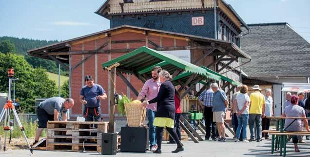 Ein Dorf steht auf: Fest am alten Bahnhofsgebäude in Rottenbach. Es wird zum Dorfladen umgebaut. (Foto: IBA Thüringen/Müller)