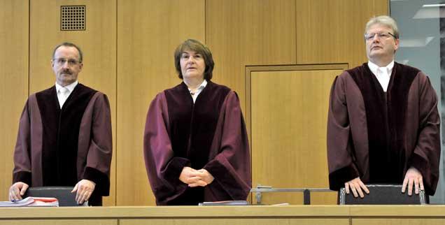 Entscheidung gefällt: Der 1. Senat des Bundesarbeitsgerichts mit der Vorsitzenden Richterin Ingrid Schmidt (M) und den Beisitzern Rüdiger Linck (l) und Ulrich Koch (r) am 20.11.2012 in Erfurt im Bundesarbeitgericht. (Foto: pa/Schutt)